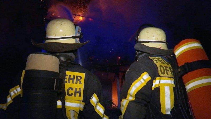 Feuerwehrmänner der Berufsfeuerwehr Offenbach im Einsatz. – Bild: HR