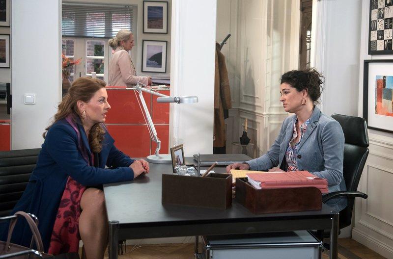 Yvonne (Julia Dahmen, l.) schiebt mit Anne (Caroline Kiesewetter, r.) die teure Rückrufaktion an und akzeptiert, dass das die Geschäftsinsolvenz bedeutet (mit Komparsin, h.). – Bild: ARD/Nicole Manthey