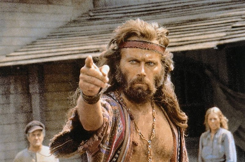 Szenenfoto mit Franco Nero als Indianermischling, der eine Stadt von einer Terrorbande befreit. – Bild: Servus TV