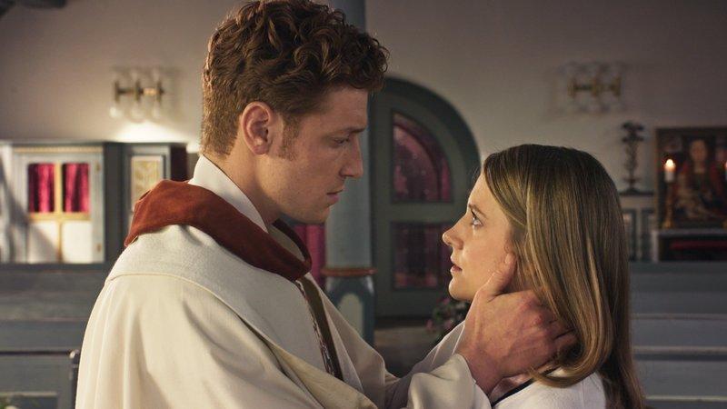 Maik (Daniel Donskoy) und Eva (Bettina Burchard) fühlen sich zueinander hingezogen. – Bild: TVNOW Foto: TVNOW