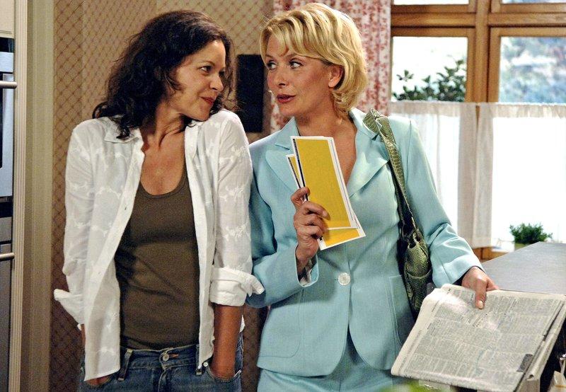 Alice (Janette Rauch, r.) lädt Petra (Angela Roy, l.) nach Paris ein. – Bild: ARD/Nicole Manthey
