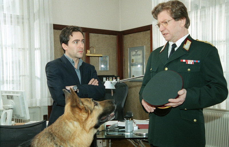 Rex wird, weil er unter Mordverdacht steht, von Dr. Wehner (Erwin Ebenbauer, r.) von Dienst suspendiert. Kommissar Hoffmann (Alexander Pschill, l.) schaut ungläubig zu. – Bild: Sat.1 Eigenproduktionsbild frei