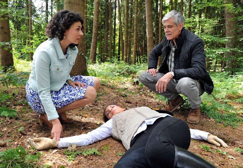 Pauline (Liza Tzschirner, l.) und Friedrich (Dietrich Adam, r.) finden die verletzte Patrizia (Nadine Warmuth, M.) im Wald. – Bild: ORF 2
