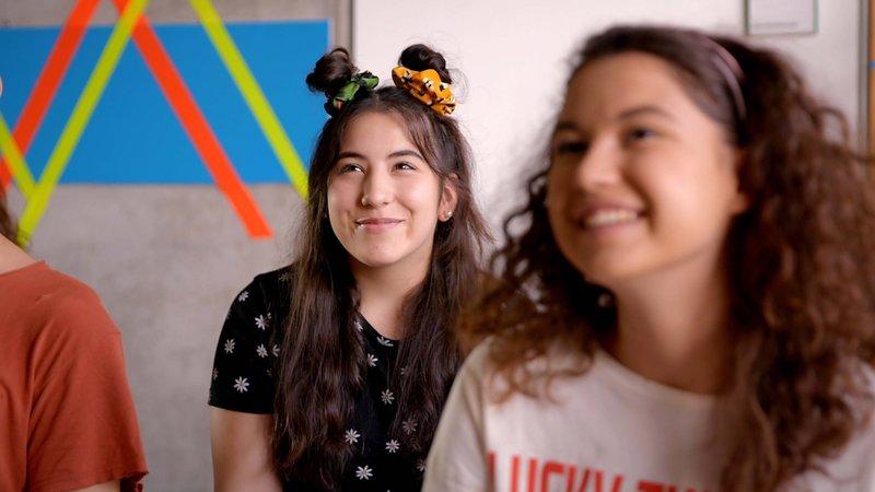 L-R: Nele (Alexandra Herbst), Lotte (Jesina Amweg) – Bild: Nickelodeon