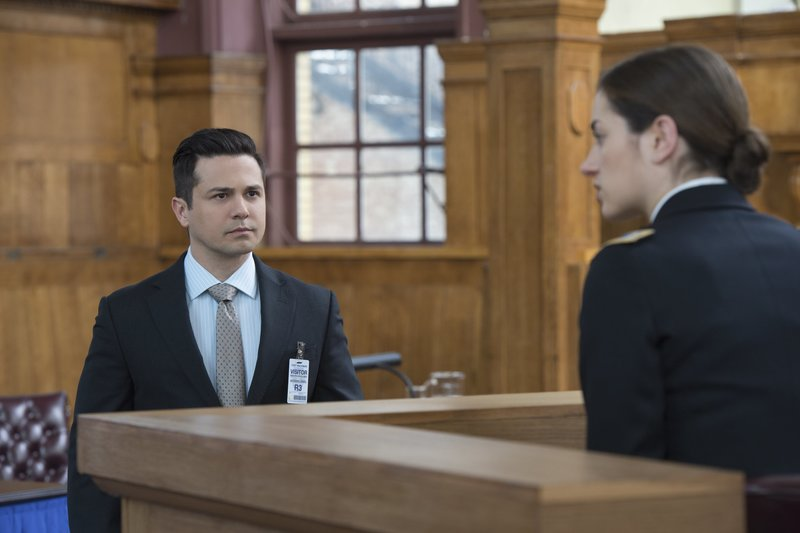 Pictured L-R: Freddy Rodriguez as Benny Benny Colón and Holly Curran as Lt. Tamsin Dale – Bild: 2016 CBS Broadcasting, Inc. All Rights Reserved Lizenzbild frei
