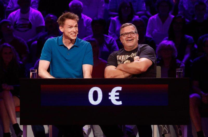 Rateteam-Kapitän Elton (r.) und der ehemalige Leichtathlet Frank Busemann (l.) bilden ein Rateteam. – Bild: ARD/Morris Mac Matzen