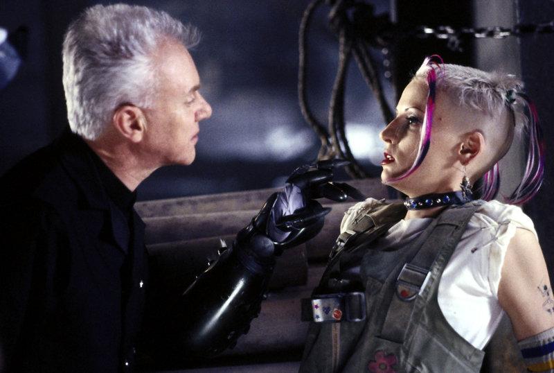 """Kesslee (Malcolm McDowell) nimmt das """"Tank Girl"""" (Lori Petty) gefangen. – Bild: TMG"""