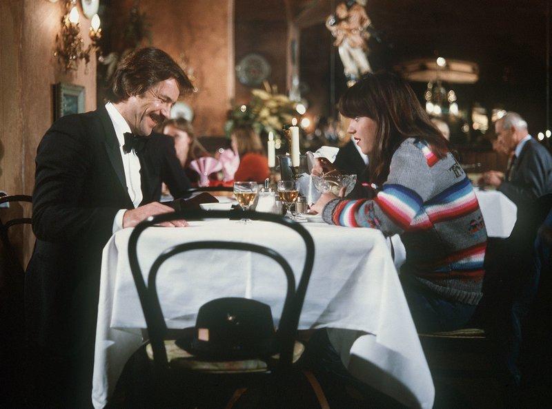 Noch glaubt Katja (Anja Jaenicke), dass Schimanski (Götz George) sie in dieses Restaurant eingeladen hat, um ihr einen netten Abend zu bereiten. – Bild: WDR