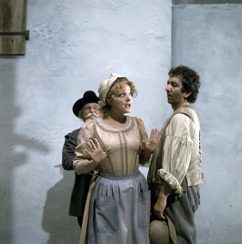 """""""Die Eifersucht ist eine Plage"""", erkennt Marie (Lucia Popp) und versucht, ihrem Peter Iwanow (Adelbert Kraus) vergeblich klar zu machen, dass er doch gar keinen Grund zur Eifersucht habe. – Bild: ORF"""