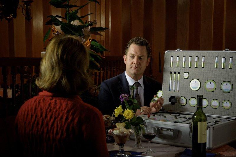 Pit Handlos (Jürgen Tonkel) ist Netzwerkvertreter für Schönheitsprodukte in einer niederbayerischen Kleinstadt. Er verabredet sich mit Frauen, die er von früher kennt, um sie als Kundinnen für seine Geschäfte zu rekrutieren. – Bild: ZDF und BR/Hendrik Heiden