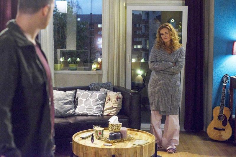 Ben (Jörg Rohde) begegnet Steffi (Madeleine Krakow), die von schweren Gewissensbissen geplagt wird. – Bild: TVNOW / Julia Feldhagen