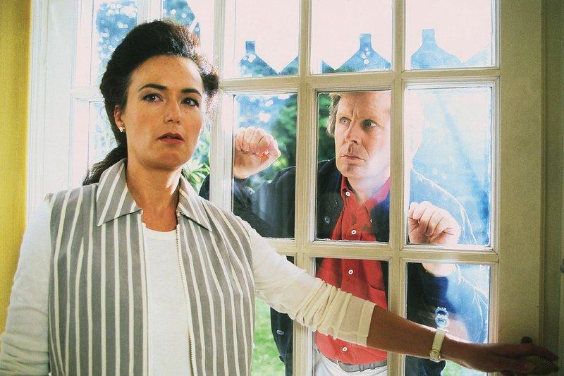 Dr. Ruth Waldner (Dorothee Reize) hat ihren Mann tot aufgefunden. Dr. Stefan Frank (Sigmar Solbach) kommt zu spät. – Bild: MG RTL D