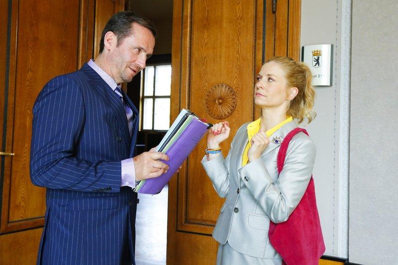 Anwalt Liebermann (Sven Gerhardt) fordert Jenny (Birte Hanusrichter) auf, vor der Tür zum Gerichtssaal zu warten. – Bild: RTL