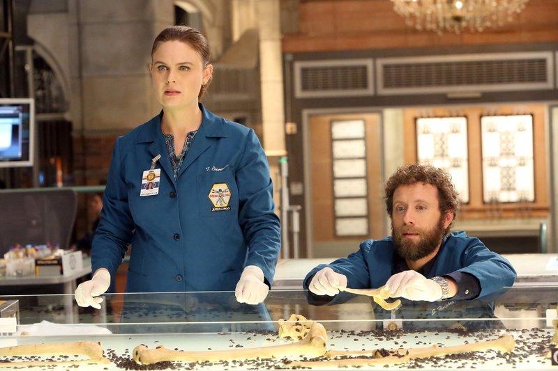 Trotz schwerer Grippe lässt sich Brennan (Emily Deschanel) nicht davon abhalten, gemeinsam mit Hodgins (T.J. Thyne) die Todesursache des ermordeten Secret Service Agenten zu ermitteln. – Bild: RTL / FOX
