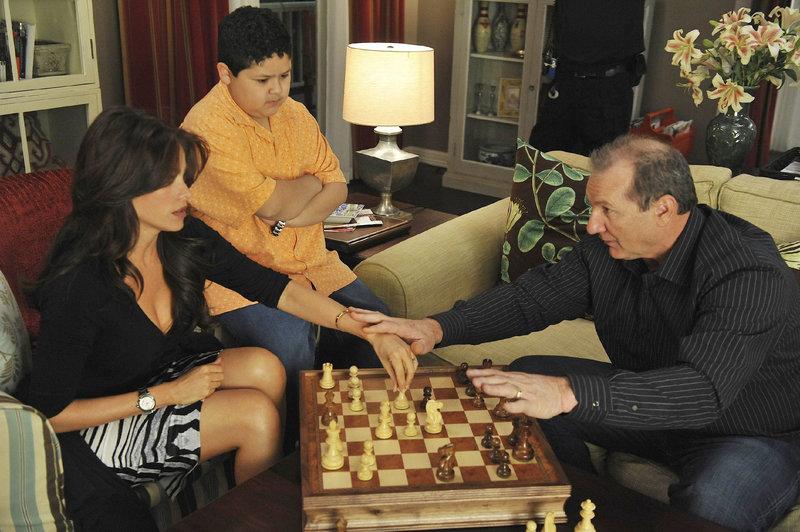 Jay (Ed O'Neill, r.) will Schwiegersohn Phil ein Schachspiel zum Geburtstag schenken, jedoch nicht, ohne es vorher auszuprobieren. Manny (Rico Rodriguez) muss als Gegner herhalten, denn Jay möchte Glorias (Sofia Vergara) Sohn das Spiel 'näherbringen'... – Bild: MG RTL D / FOX