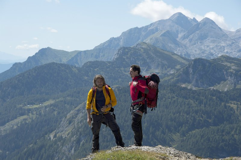 Markus (Sebastian Ströbel, l.) und Tobias (Markus Brandl, r.) auf der Suche nach Frank Brandstetter. Doch von dem Vermissten fehlt jede Spur. – Bild: ZDF/Thomas R. Schumann