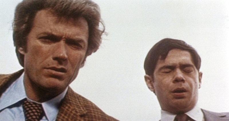 Kriminalkommissar Harry Callahan (Clint Eastwood, l.) und vor allem sein junger Partner Chico (Reni Santoni, r.) sind beim Anblick der Leiche bestürzt ... – Bild: PRO7 / ProSieben Media AG