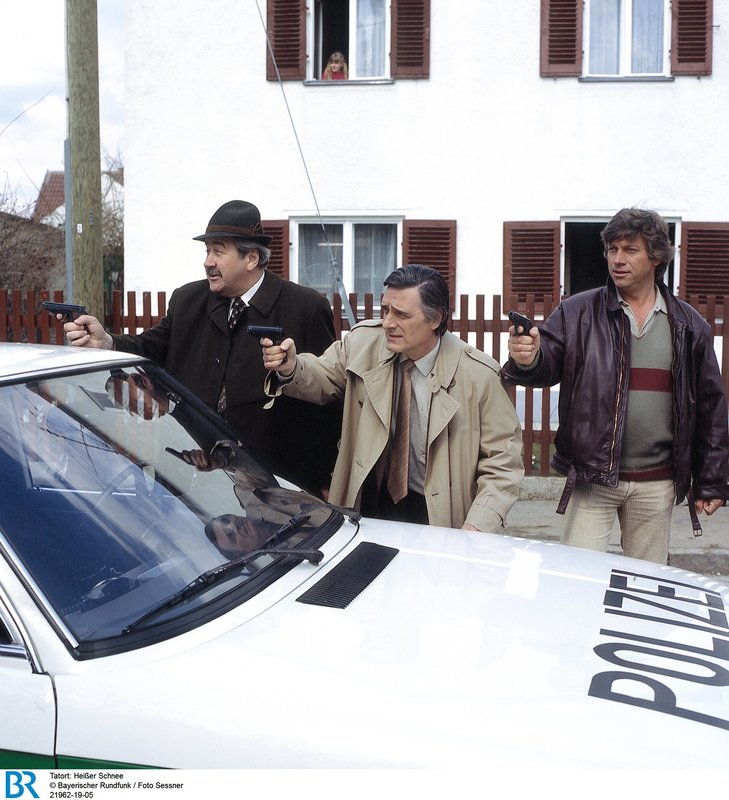 Das Team von der Münchener Mordkommission im Einsatz. Von links: Kriminalobermeister Brettschneider (Willy Harlander), Kriminalkommissar Lenz (Helmut Fischer) und Kriminalassistent Faltermayer (Henner Quest). – Bild: BR/Foto Sessner