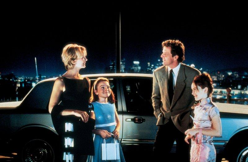 Die Familie ist wieder vereint! Hallie und Annie (Lindsay Lohan in einer Doppelrolle) mit ihren Eltern Nick (Dennis Quaid) und Natasha (Elizabeth James). – Bild: RTL