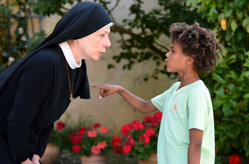 Tayo (Refiloe Mohlhamme, r.) freundet sich mit der Mutter Oberin (Nina Hoger, l.) an. – Bild: ARD/Barbara Bauriedl / ARD-Programmdirektion