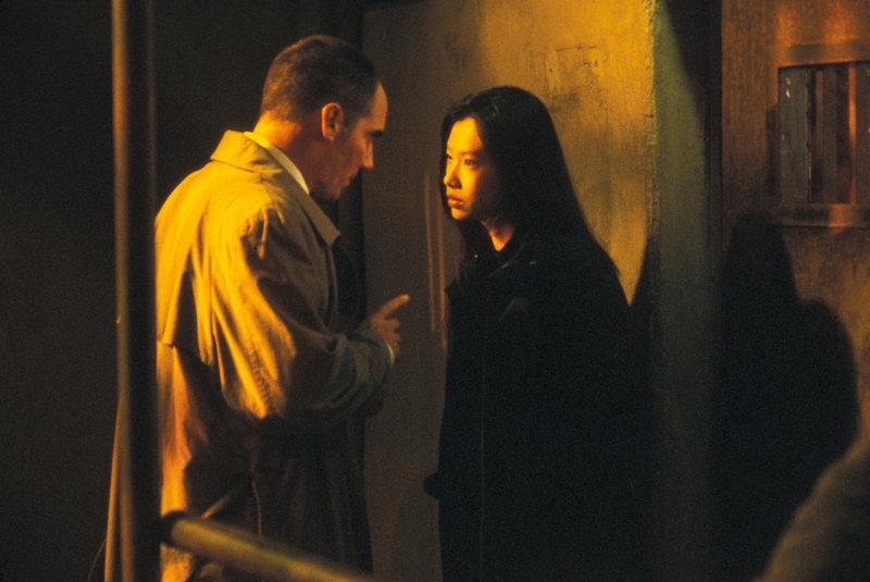 Haben eine gefährliche Idee: Drogenjäger Tommie Ling (Michelle Goh, r.) und Ed Grey (Corey Johnson, l.) ... – Bild: Nu Image Lizenzbild frei