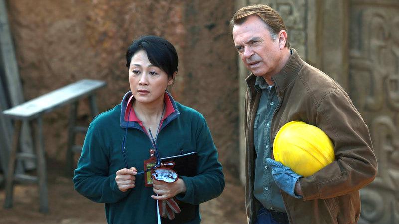 V.li. Dr. Li (Wang Ji) und Chris Chase (Sam Neill) hören sich Ling´s unglaubliche Geschichte an. – Bild: RTL II