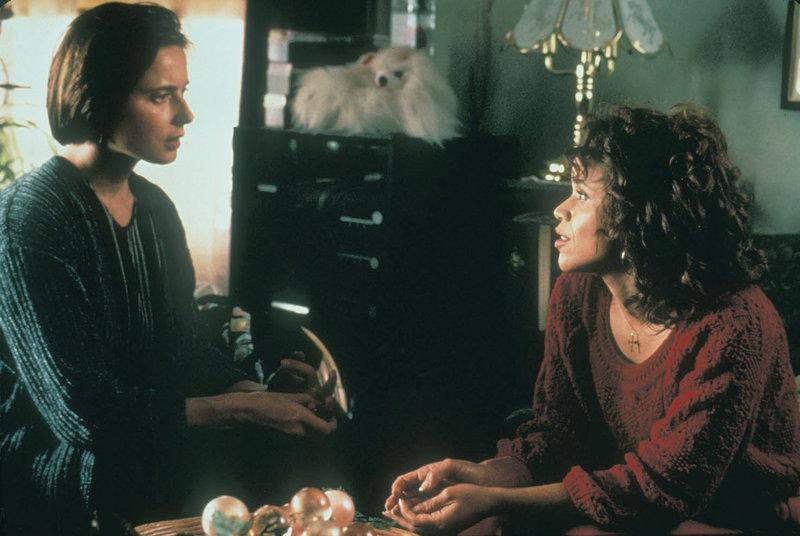 Laura (Isabella Rossellini, li.) sucht das Gespräch mit Carla (Rosie Perez). – Bild: RTL II