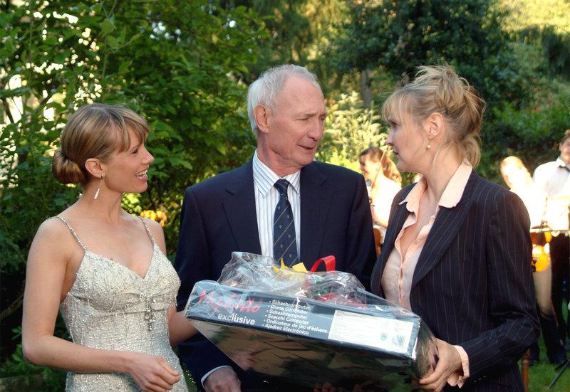 An Walters (Arthur Brauss) Geburtstag buhlen seine ungleichen Töchter Clarissa (Katharina Schubert, re.) und Ina (Nadeshda Brennicke) um seine Gunst. – Bild: HR/Degeto/Silvie Kühne