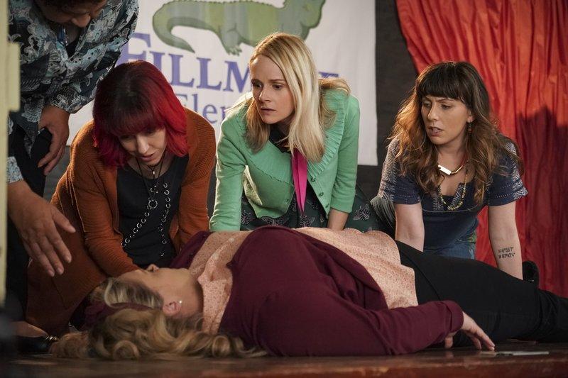 Caroline Watson (Kate Lambert, 2.v.l.), Deb Adler (Kathryn Renée Thomas, m.), Mary Louise Bennigan (Katie O'Brien, 2.v.r.), Cecilia Cannon (Caitlin Barlow, r.) – Bild: Comedy Central