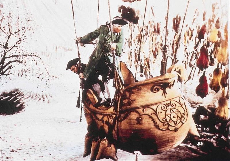 Baron Muenchhausen landet mit seinem treuen Diener Kuchenreutter auf dem Mond. – Bild: 3sat