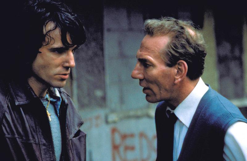 Belfast 1974: Weil Gerry Conlon (Daniel Day-Lewis, li.) Probleme mit der IRA hat, wird er von seinem Vater (Pete Postlethwaite, re.) aus Sicherheitsgründen nach London geschickt. – Bild: ZDF / © Universal Studios