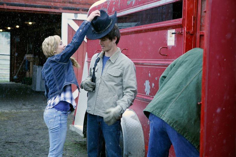 (v.l.n.r.) Amy Fleming (Amber Marshall); Ty Borden (Graham Wardle) – Bild: Rescued Horse Season Six Inc. Lizenzbild frei
