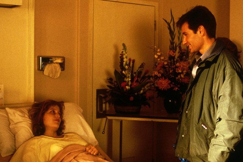 Mulder (David Duchovny, r.) besucht seine Kollegin Scully (Gillian Anderson, l.), die aus dem Koma wieder erwacht ist. – Bild: ProSieben MAXX