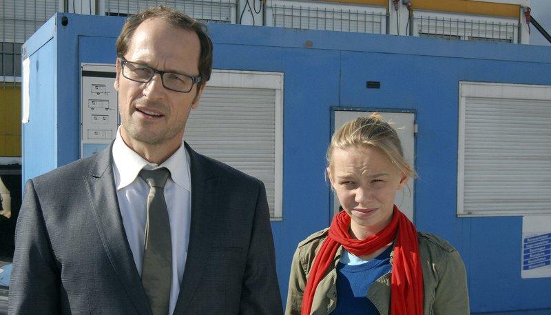 Alex (Markus Knüffken) und seine Tochter Jessi (Martha Fries) stellen die Bauherren zur Rede. – Bild: NDR/Romano Ruhnau