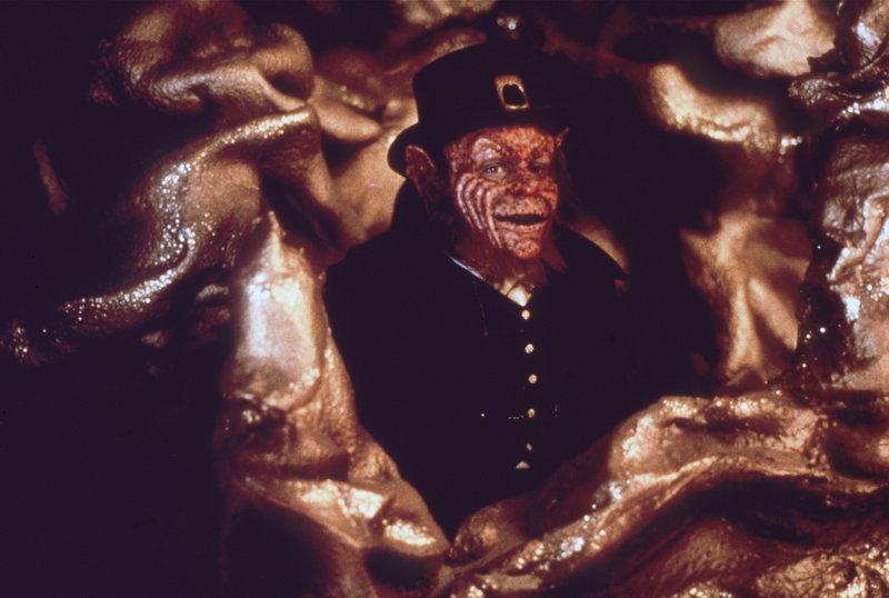 Führt nichts Gutes im Schilde: der Kobold Leprechaun (Warwick Davis) ... – Bild: Trimark Pictures Lizenzbild frei