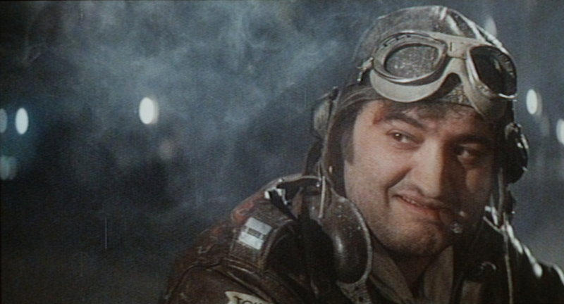Der ständig betrunkene Pilot Wild Bill Kelso (John Belushi) bombardiert im Tiefflug den Hollywood-Boulevard ... – Bild: Universal Pictures Lizenzbild frei