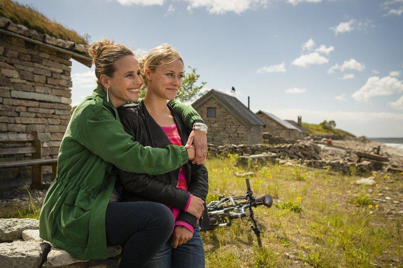 Foto v.l.: Uta Hellberg (Marie Theres Kroetz Relin), Lilli Hellberg (Sina Tkotsch ), Bild 61: Mutter und Tochter haben etwas zu besprechen. – Bild: ZDF/Arvid Uhlig