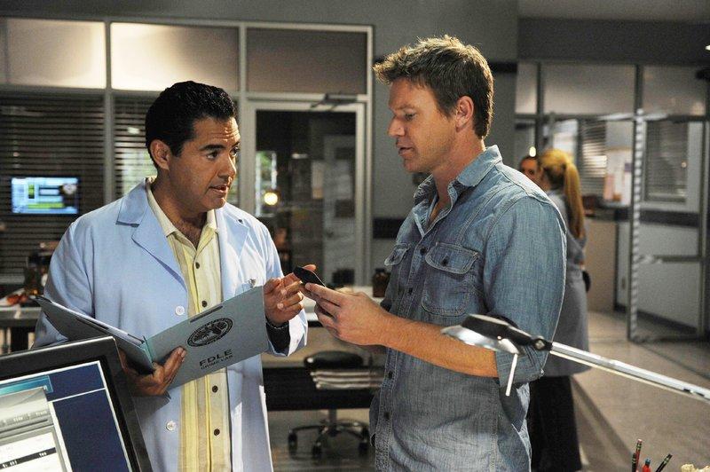 Carlos (Carlos Gímez, l.) informiert Jim (Matt Passmore) über seine ersten Ermittlungsergebnisse im Mordfall Tony Acosta. – Bild: MG RTL D