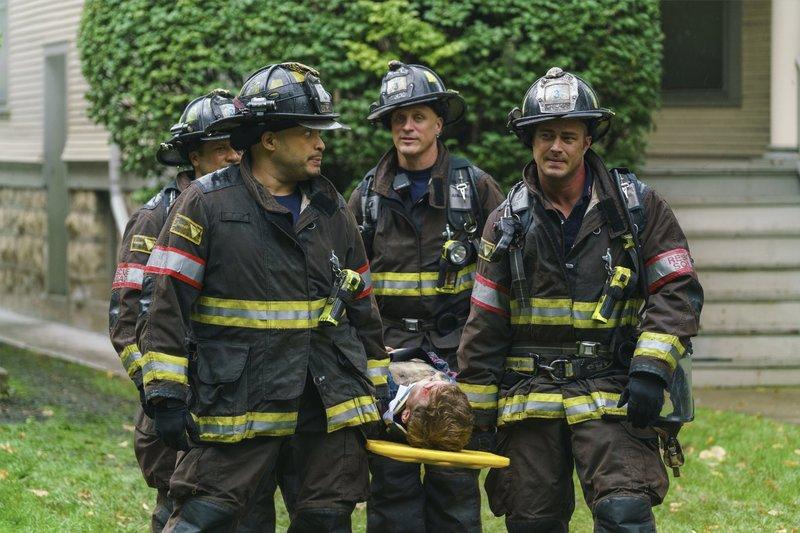 "-- ""One Hundred"" Episode 508 -- Pictured: (l-r) Joe Minoso as Joe Cruz, Taylor Kinney as Kelly Severide -- (Photo by: Parrish Lewis/NBC) – Bild: Universal TV"