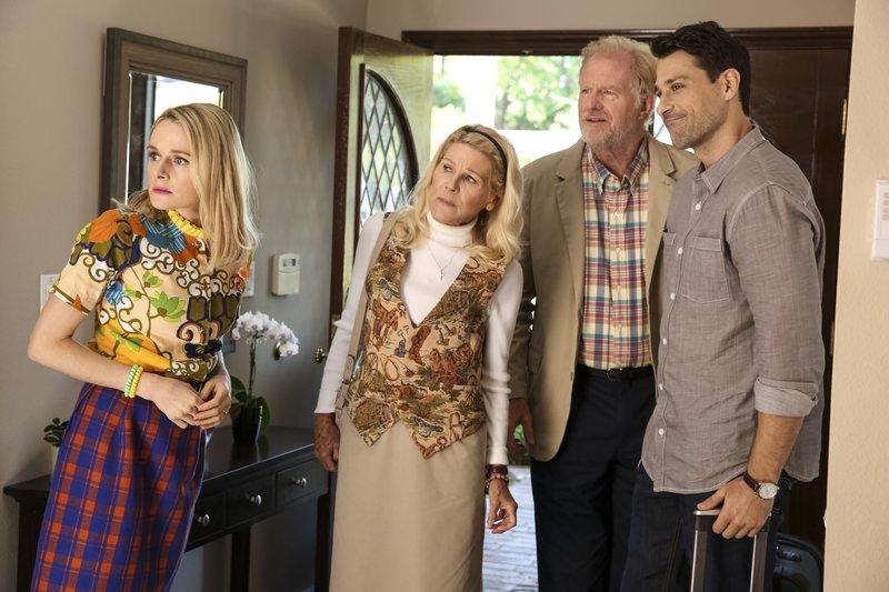 L-R: Mary Louise Bennigan (Katie O'Brien), Joanna Bennigan (Alley Mills), John-Paul Bennigan (Ed Begley Jr.), Hot Dad (Ryan Caltagirone) – Bild: Comedy Central