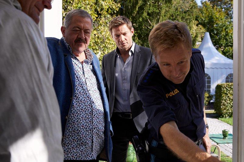 Polizeihauptmeister Mohr (Max Müller, r.) zeigt den Kommissaren Hansen (Igor Jeftic, M.) und Hofer (Joseph Hannesschläger, l.) die vermeintlichen Einbruchsspuren. – Bild: ZDF und Bojan Ritan.