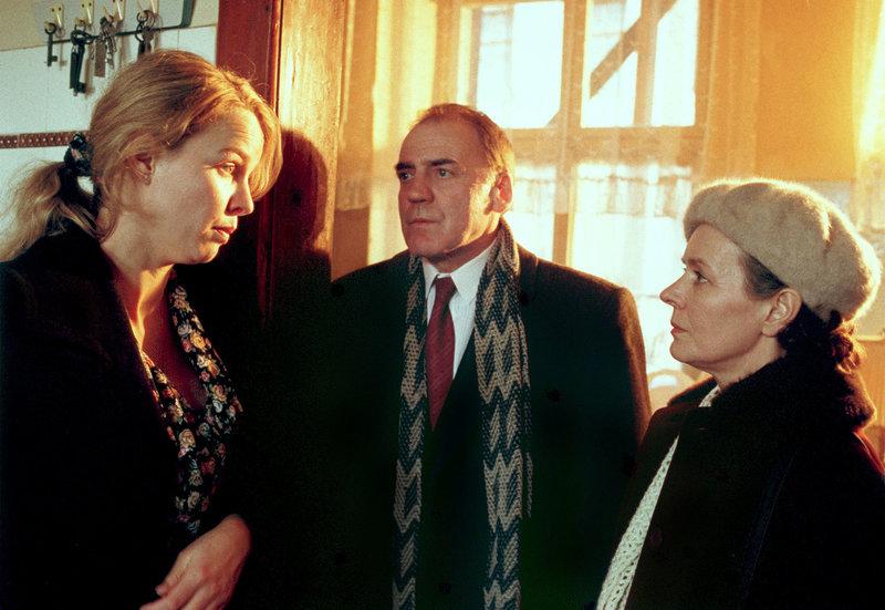 Sophie Deymann (Claudia Messner, li.), Hans Plache (Bruno Ganz.) und Lisa Plache (Monika Lennartz) – Bild: MDR