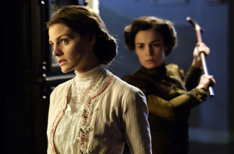 Alicia (Amaia Salamanca, l) und Cecilia (Sara Rivero, r) – Bild: WDR/Beta Film/Enrique Baró Ubach