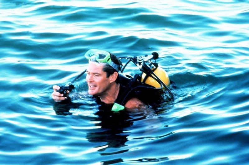 Mitch (David Hasselhoff) macht sich auf die Suche nach Lani, die einem verschollenen Taucher zu Hilfe kommen will. – Bild: Nitro.