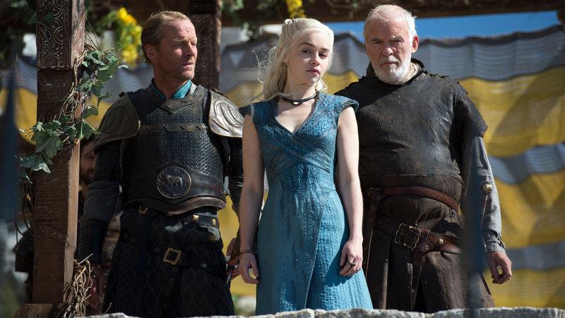 Jorah Mormont (Iain Glen, li.), Daenerys Targaryen (Emilia Clarke) und Barristan Selmy (Ian McElhinney, re.) – Bild: RTL II
