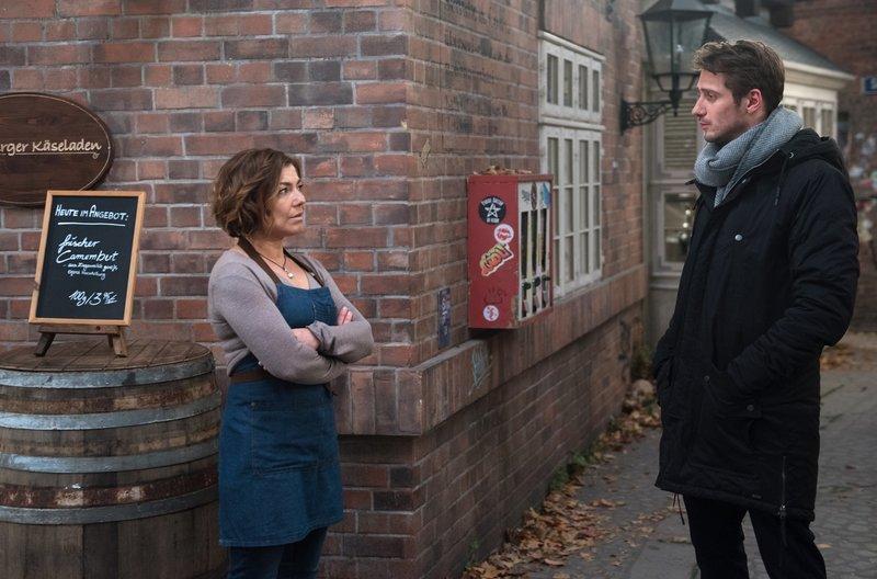 Astrid (Claudia Schmutzler, l.) erfährt, dass morgen der Todestag von Alex' (Philipp Oliver Baumgarten, r.) Mutter Heide ist. – Bild: ARD/Nicole Manthey