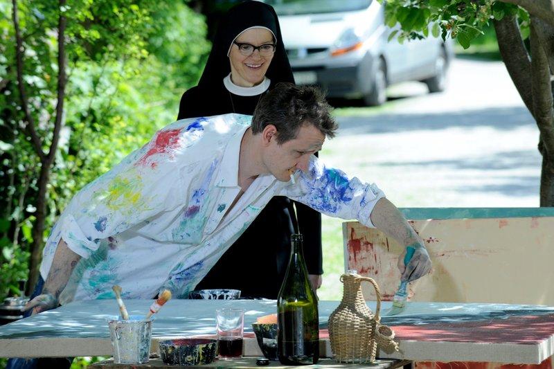 Schwester Hildegard (Andrea Sihler) bringt Leo (Sebastian Weber) etwas zu essen. – Bild: One