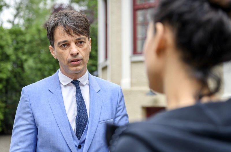 Robert (Lorenzo Patané, l.) will von Vanessa (Jeannine Gaspár, r.) wissen, ob sie Gefühle für ihn hat. – Bild: ARD/Christof Arnold