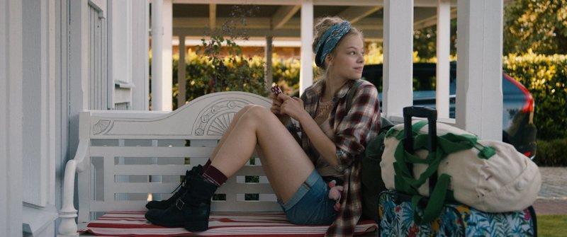 Hannah (Emma Bading) will endlich raus aus dem spießigen Haus von ihrer Mutter und deren neuem Freund. Sie wartet auf ihren Papa Mike, der sie zu einem unerwarteten Abenteuer abholt. – Bild: ZDF und Thomas Förster.