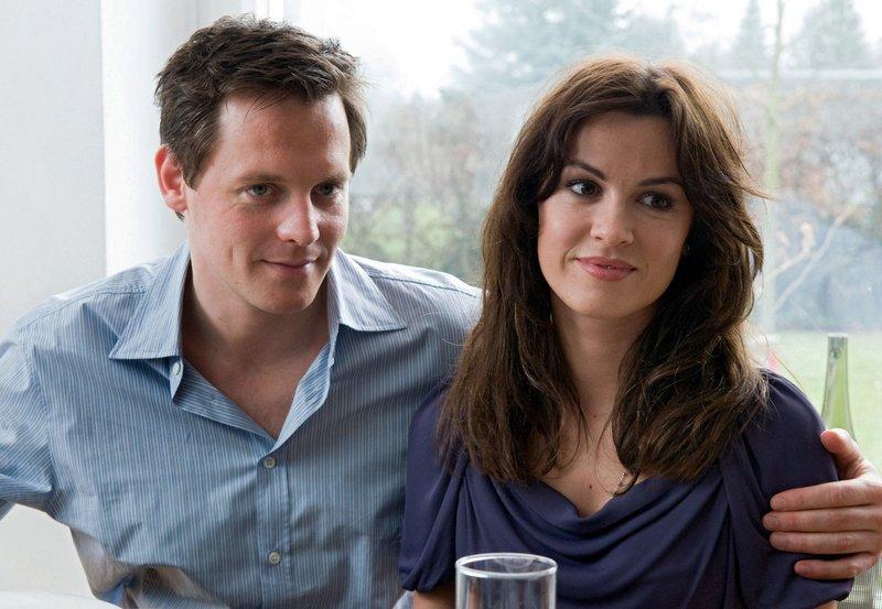 Marc (Johannes Zirner) und Jil (Natalia Avelon) bei einem Familienessen, das in einem Eklat endet. – Bild: MDR/Degeto/Stephan Rabold